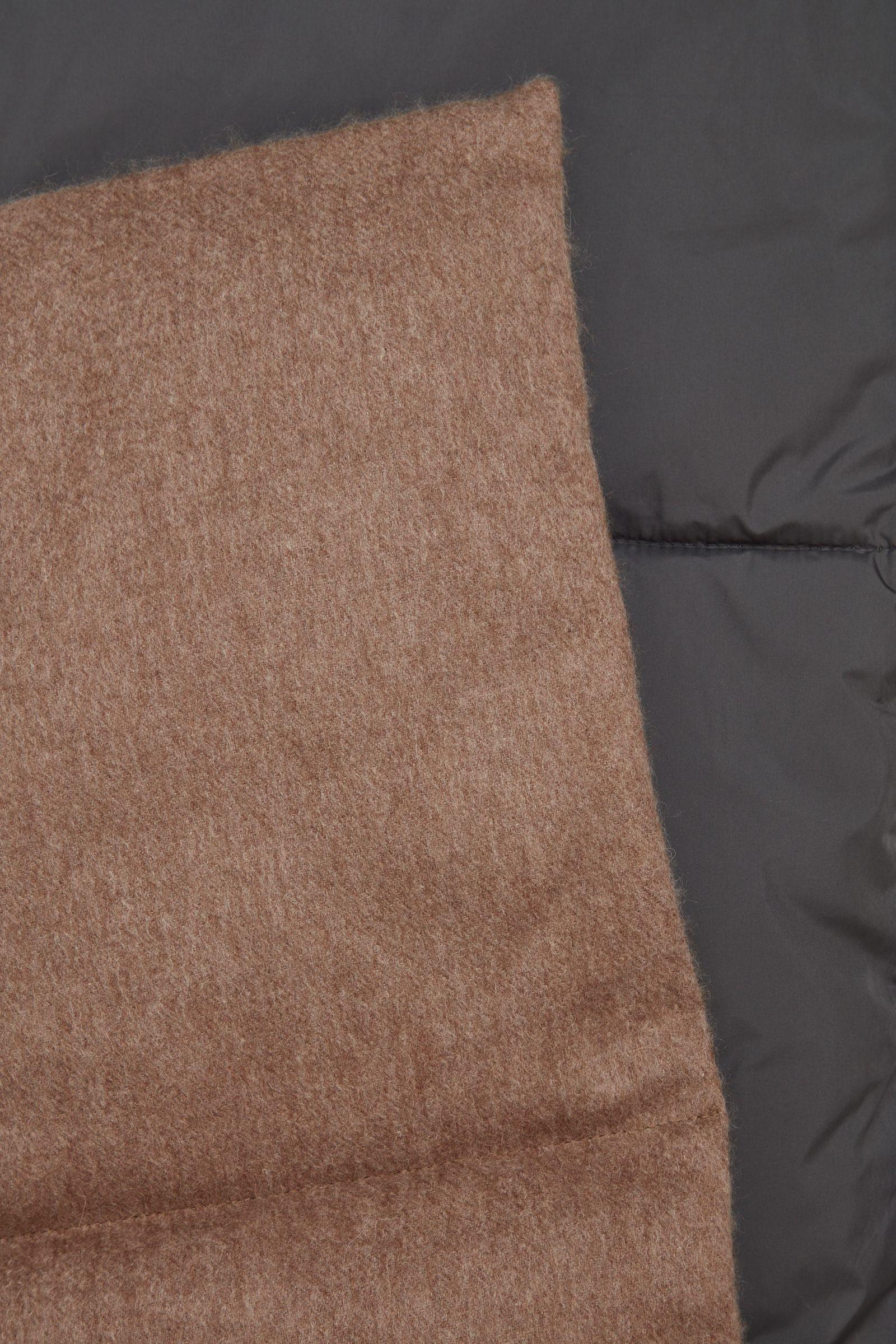 COS 울 패딩 스카프의 다크 그레이 / 브라운컬러 Detail입니다.
