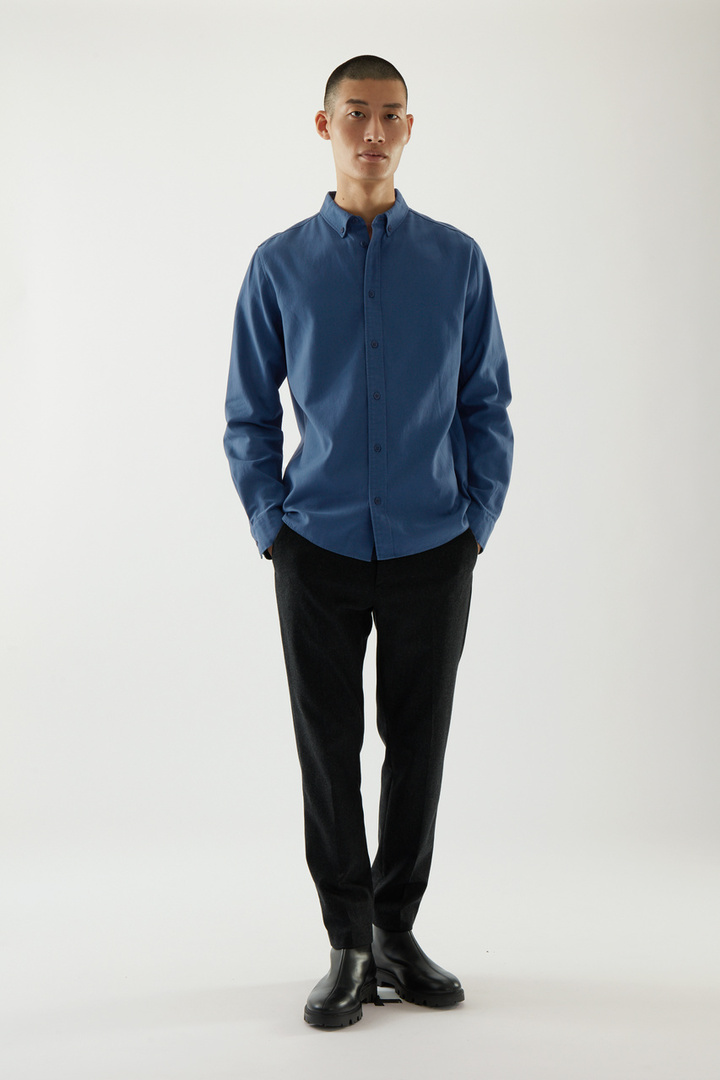 COS 버튼다운 칼라 셔츠의 블루컬러 ECOMLook입니다.