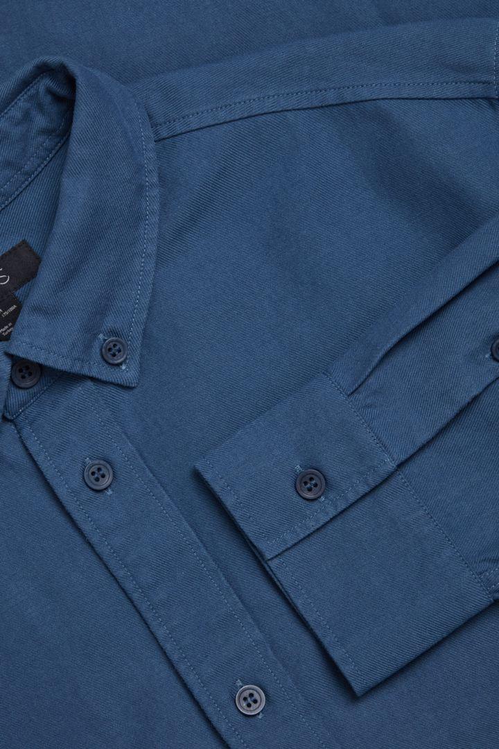 COS 버튼다운 칼라 셔츠의 블루컬러 Detail입니다.
