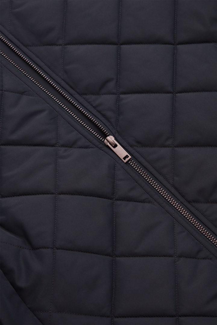 COS 퀼팅 패딩 재킷의 네이비컬러 Detail입니다.