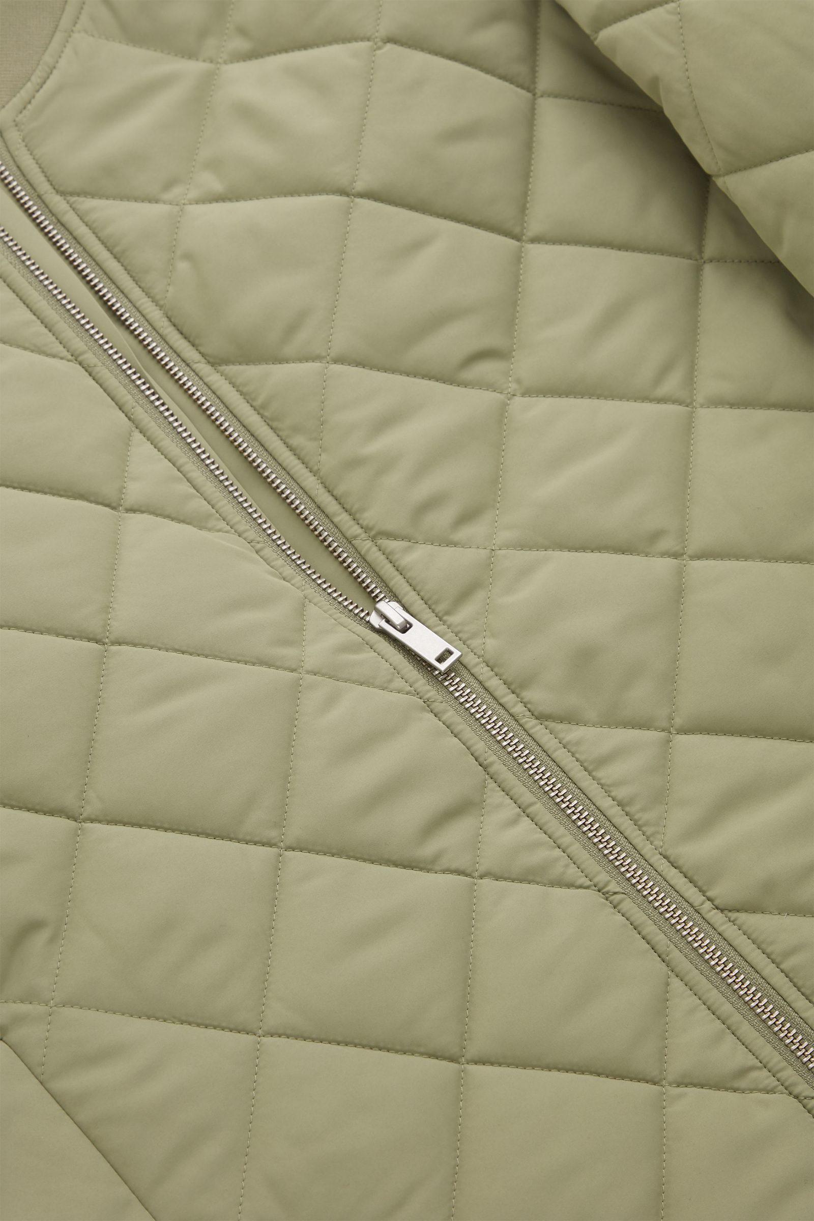 COS 퀼팅 패딩 재킷의 카키 그린컬러 Detail입니다.