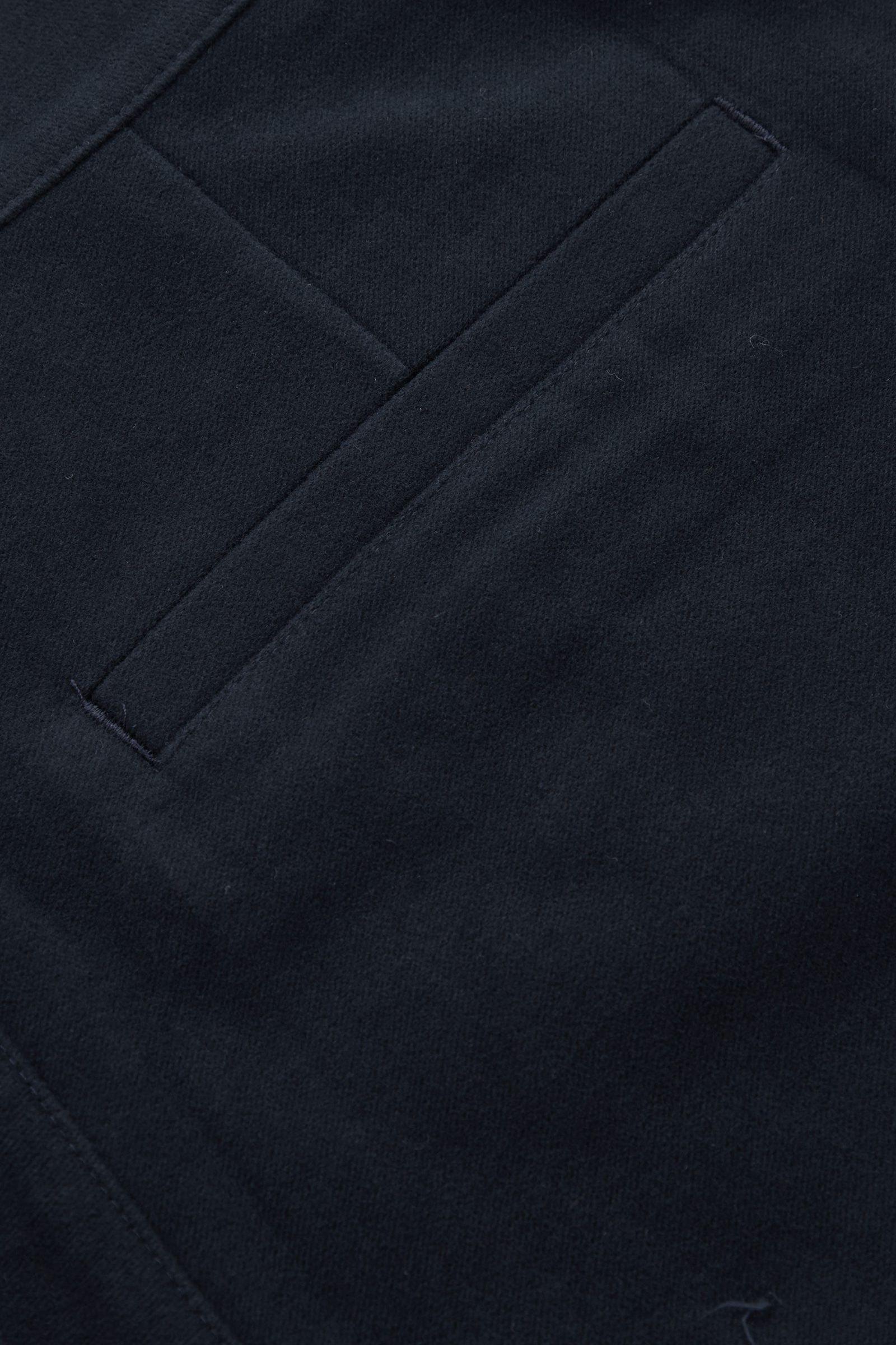 COS 코튼 테이퍼드 레그 플리츠 치노 트라우저의 네이비컬러 Detail입니다.