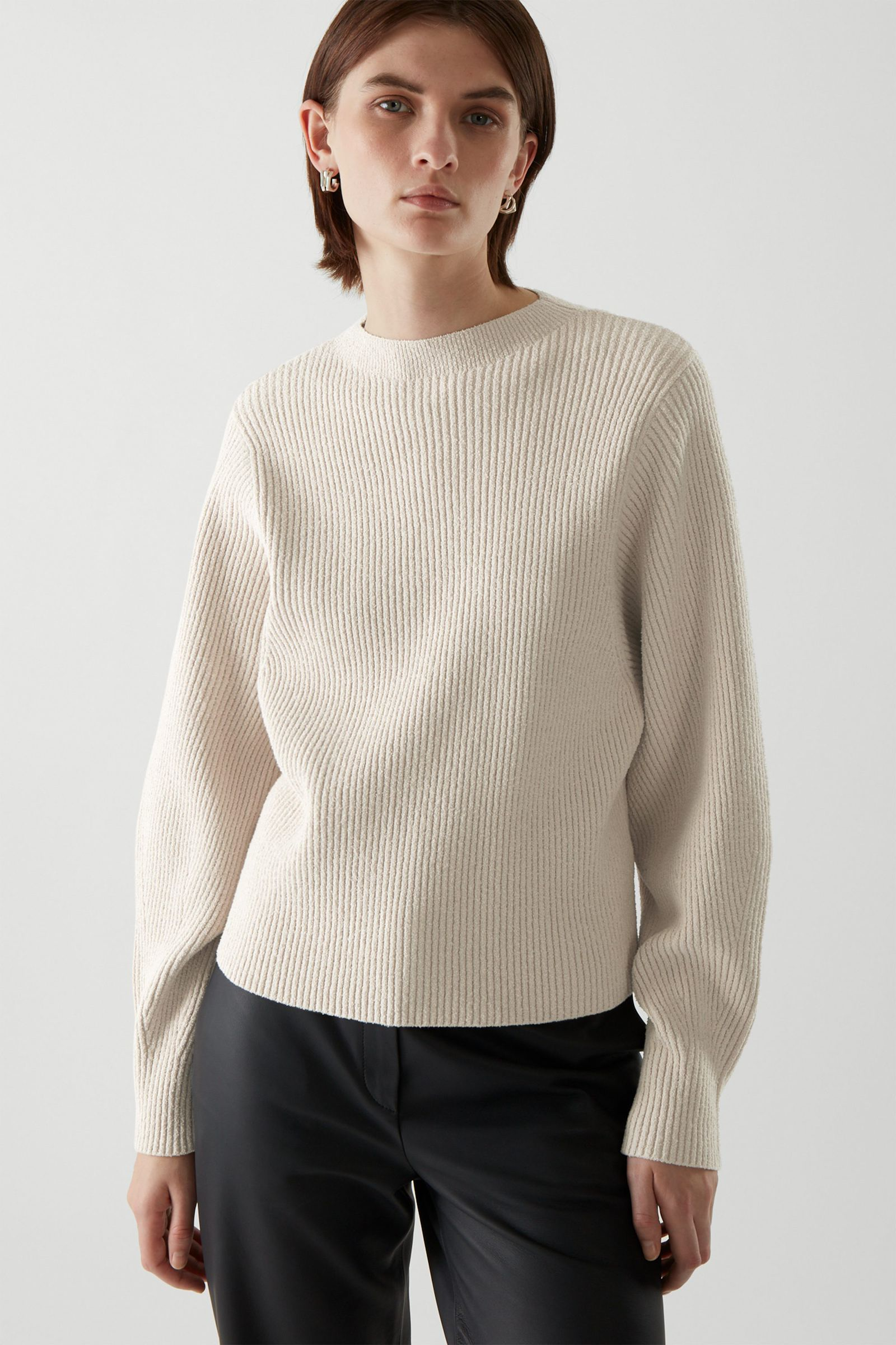COS 리브드 니트 스웨터의 베이지컬러 ECOMLook입니다.