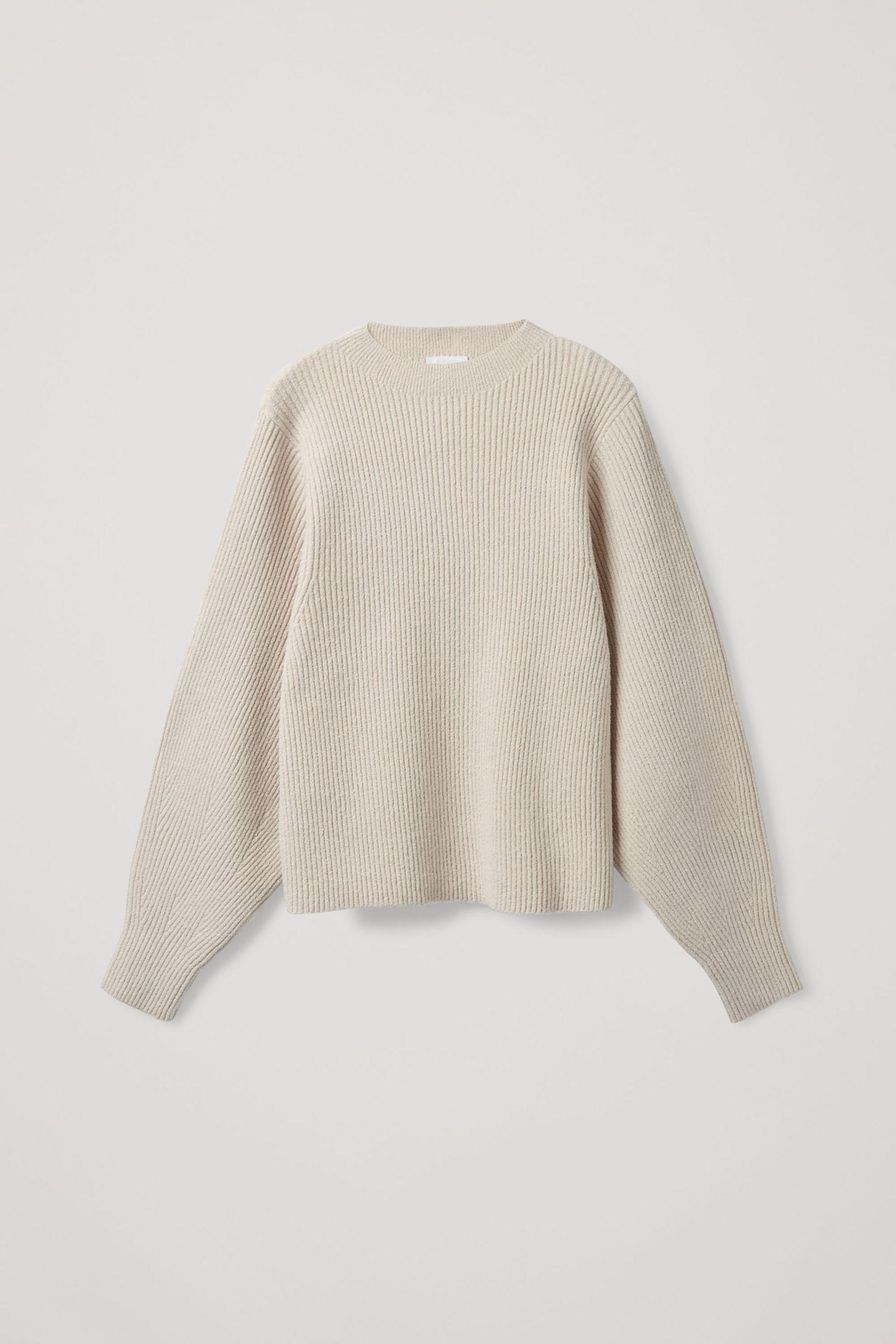 COS 리브드 니트 스웨터의 베이지컬러 Product입니다.