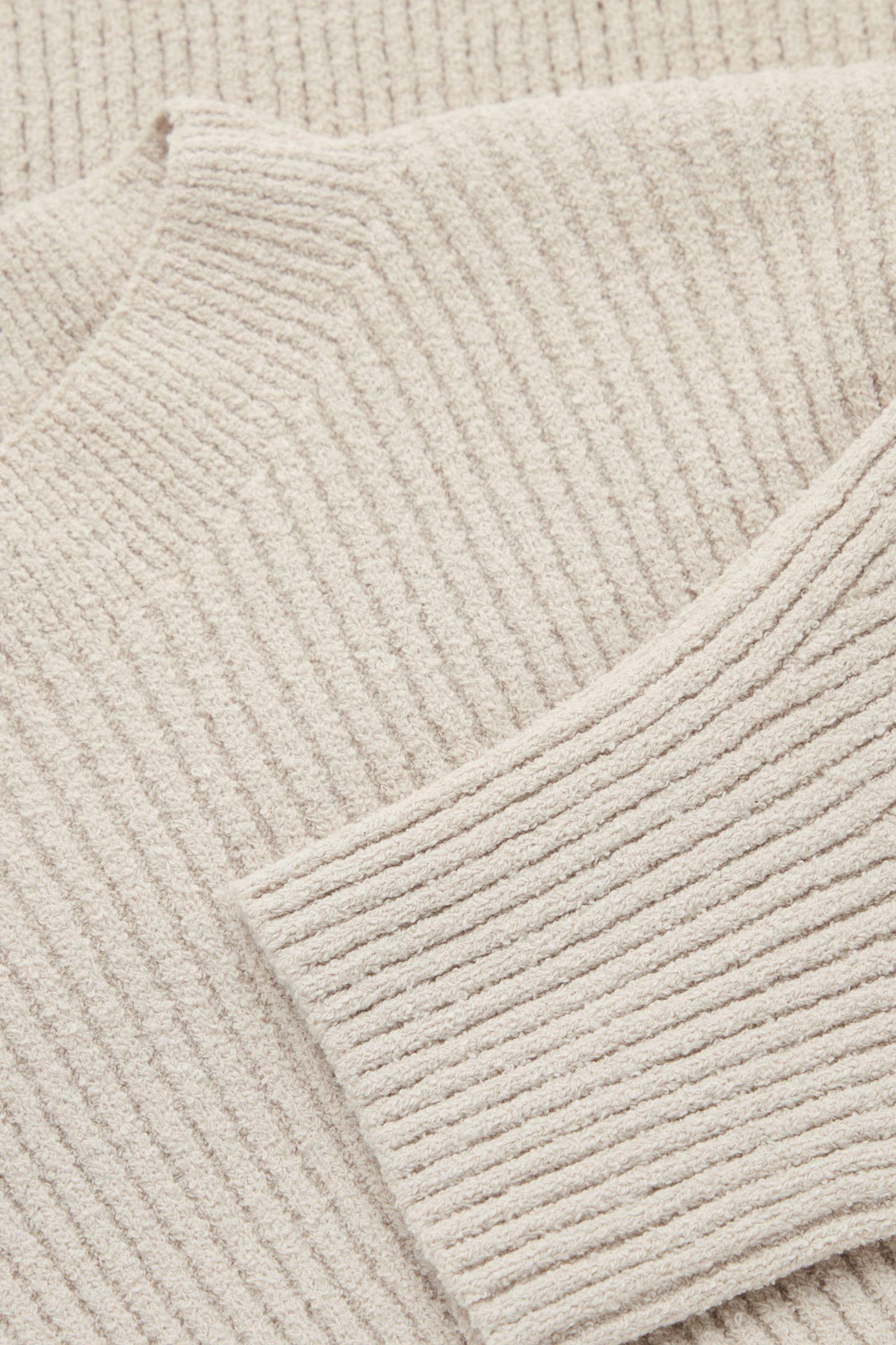 COS 리브드 니트 스웨터의 베이지컬러 Detail입니다.