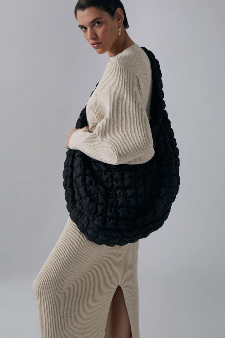 COS 리브드 니트 스웨터의 베이지컬러 Environmental입니다.