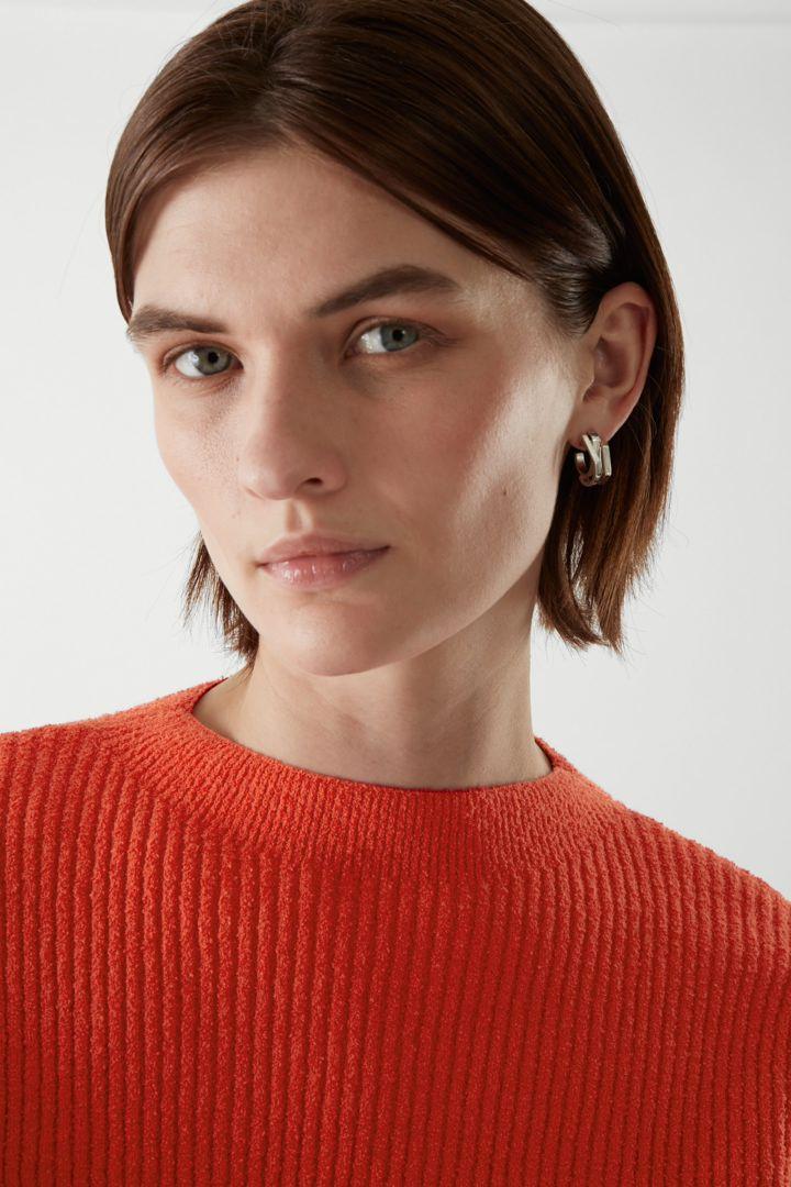 COS 리브드 니트 스웨터의 오렌지컬러 ECOMLook입니다.