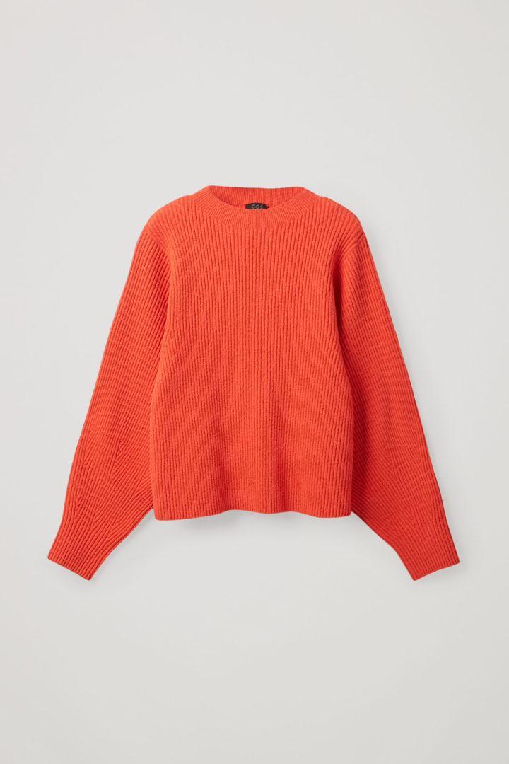 COS 리브드 니트 스웨터의 오렌지컬러 Product입니다.