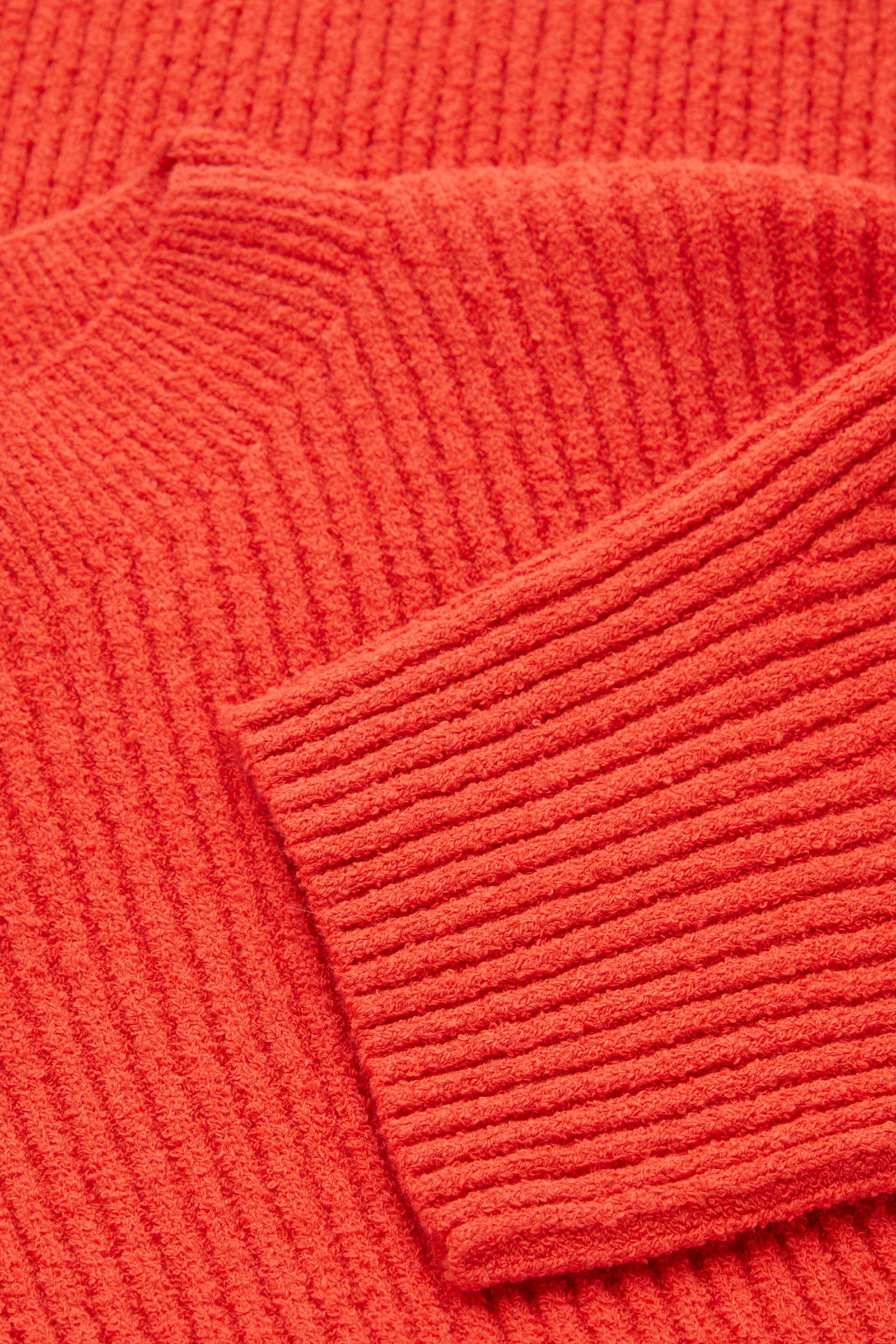 COS 리브드 니트 스웨터의 오렌지컬러 Detail입니다.
