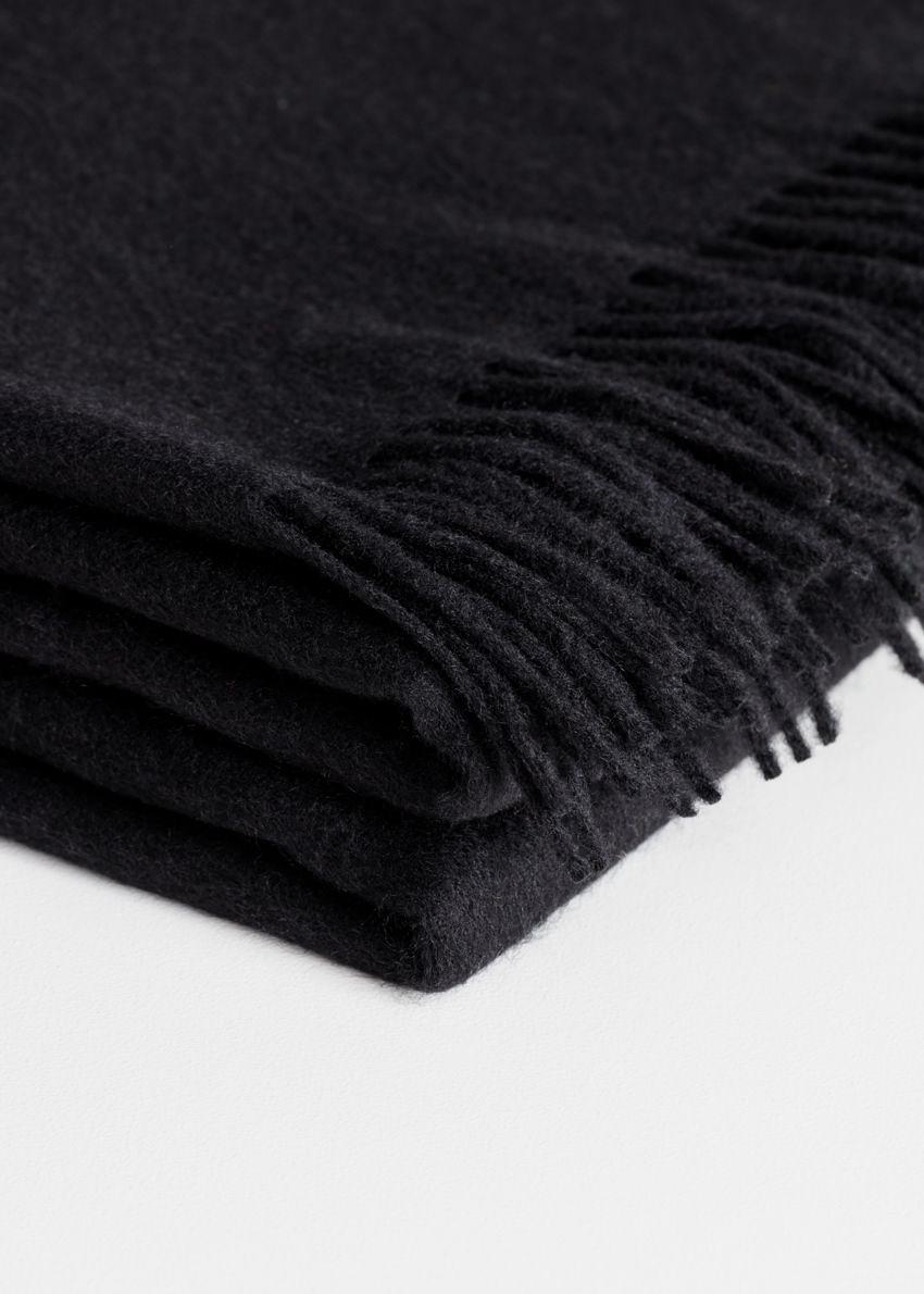 앤아더스토리즈 오버사이즈 울 스카프의 블랙컬러 Product입니다.