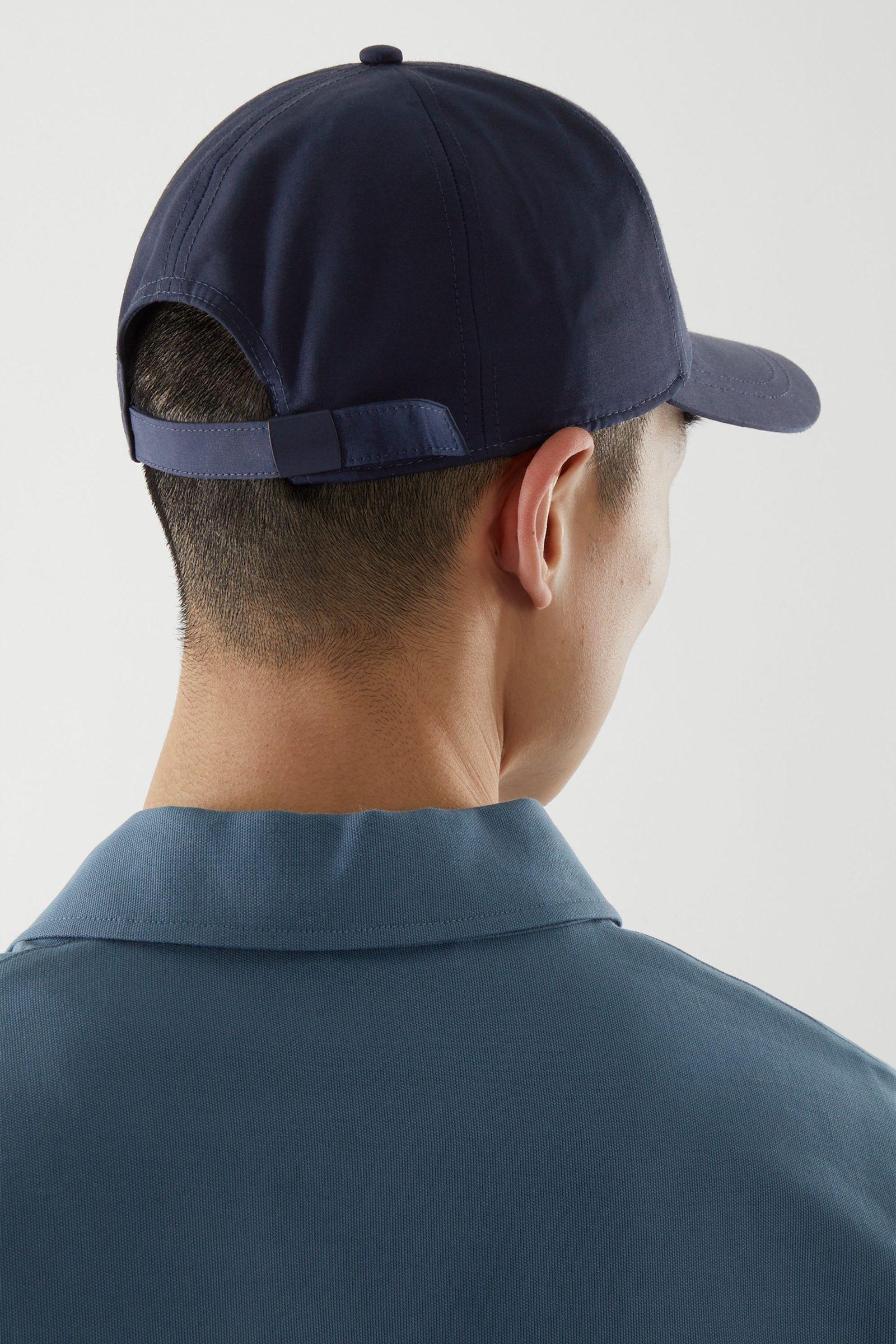 COS 베이스볼 캡의 네이비컬러 ECOMLook입니다.