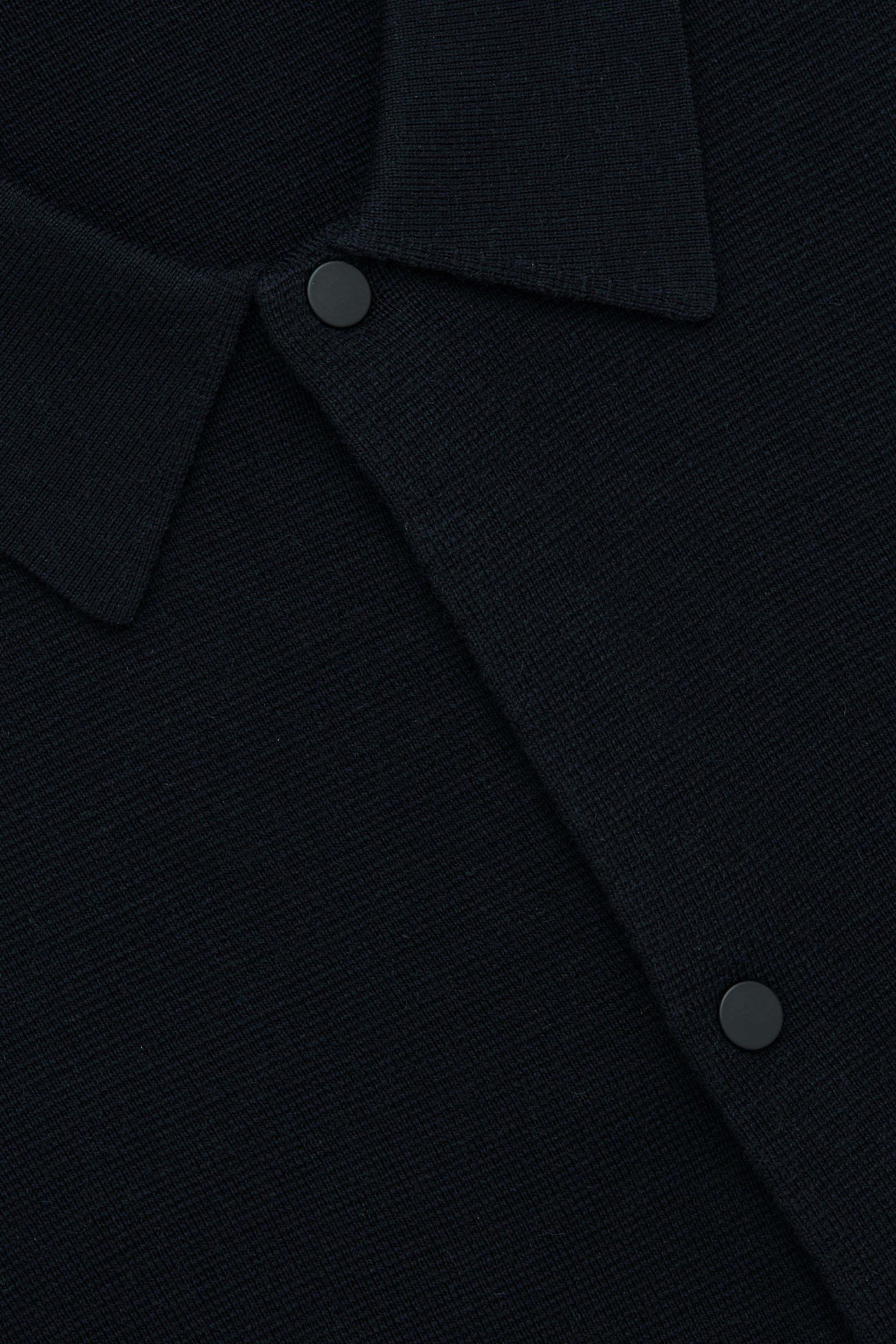 COS 니티드 울 가디건의 네이비컬러 Detail입니다.