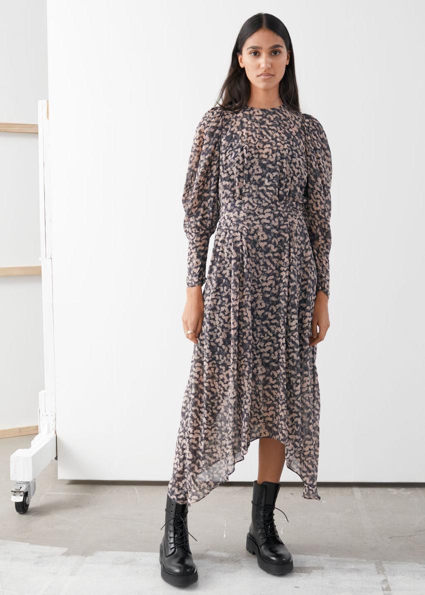 앤아더스토리즈 플로럴 퍼프 슬리브 미디 드레스의 블랙 플로럴컬러 ECOMLook입니다.