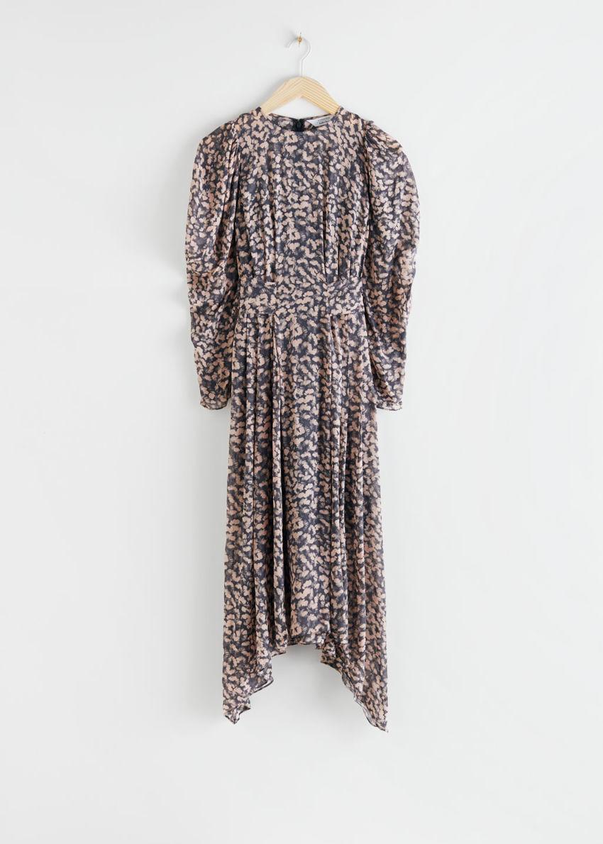 앤아더스토리즈 플로럴 퍼프 슬리브 미디 드레스의 블랙 플로럴컬러 Product입니다.