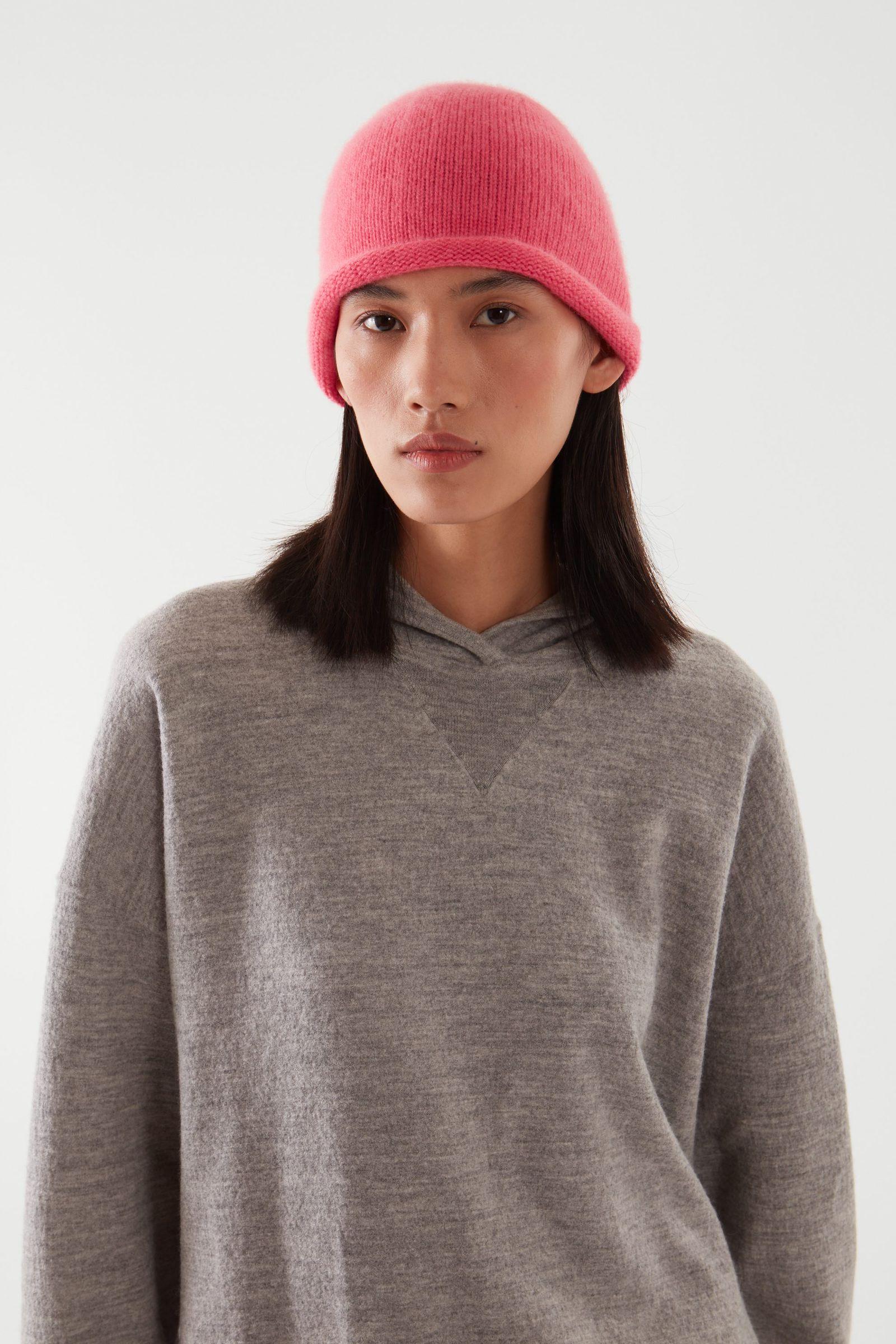 COS 캐시미어 비니의 브라이트 핑크컬러 ECOMLook입니다.