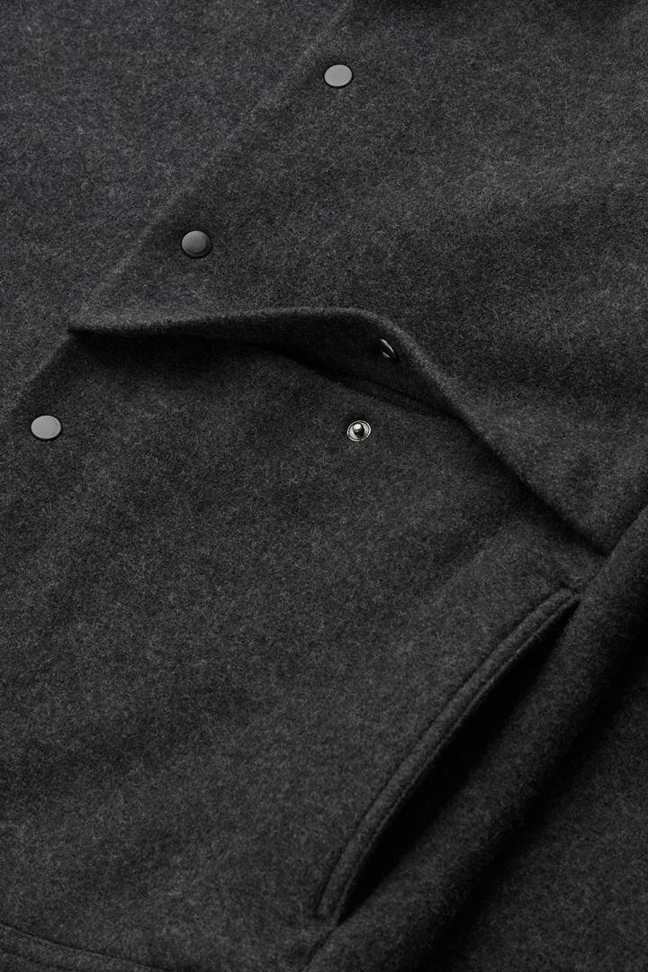 COS 보일드 울 재킷의 차콜컬러 Detail입니다.