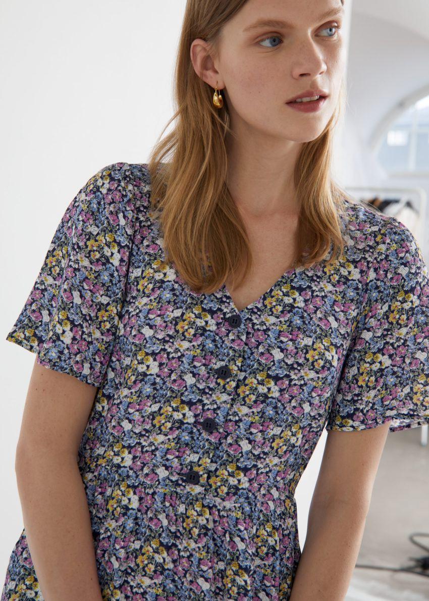 앤아더스토리즈 플러터 슬리브 맥시 드레스의 퍼플 플로럴컬러 ECOMLook입니다.
