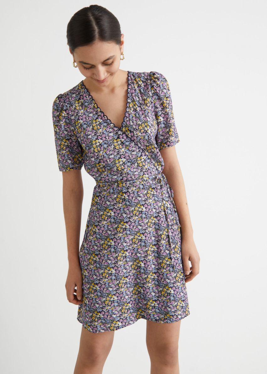 앤아더스토리즈 프린트 스캘럽 랩 미니 드레스의 퍼플 플로럴컬러 ECOMLook입니다.