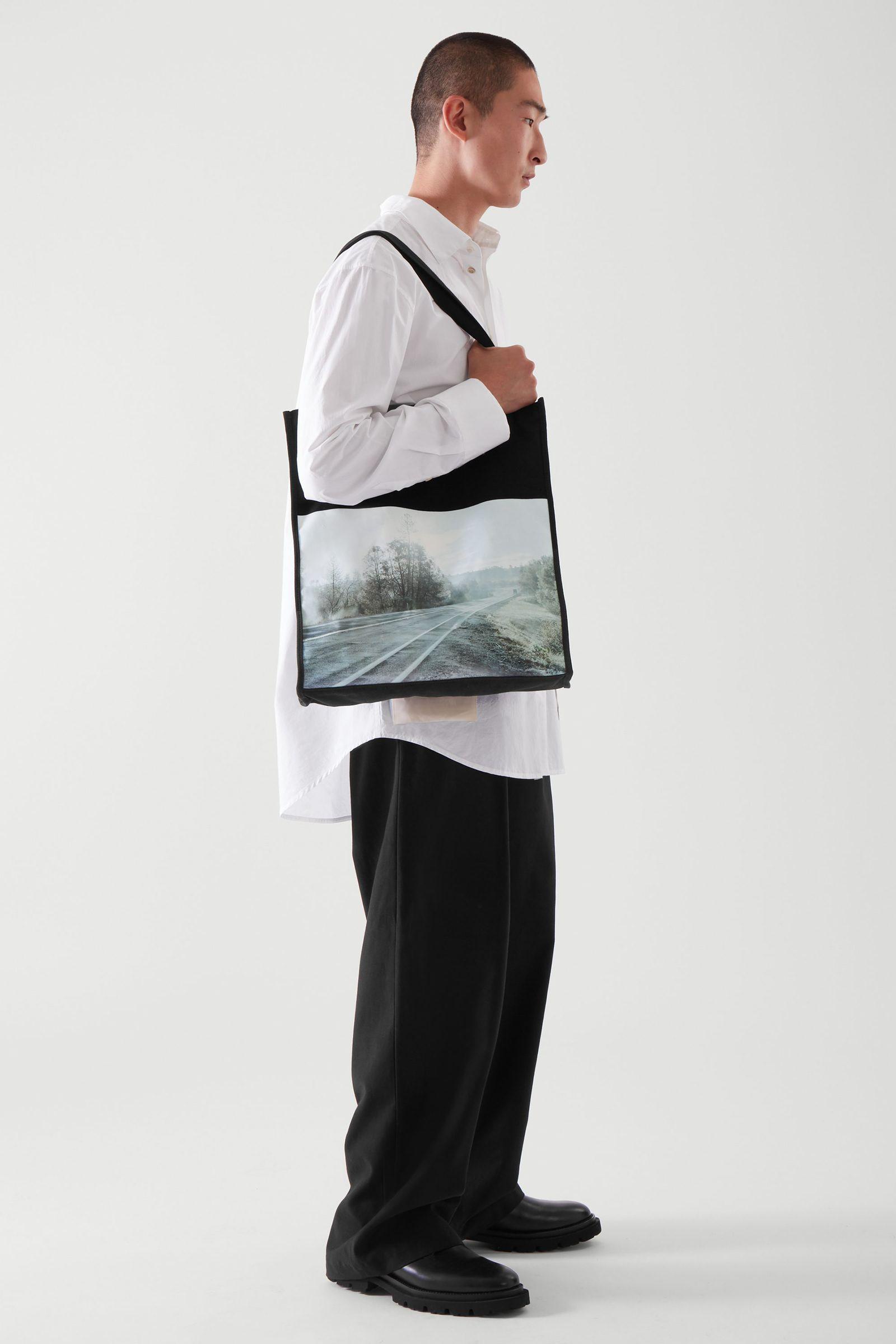 COS 포토 프린트 캔버스 토트백의 블랙 / 그레이컬러 ECOMLook입니다.