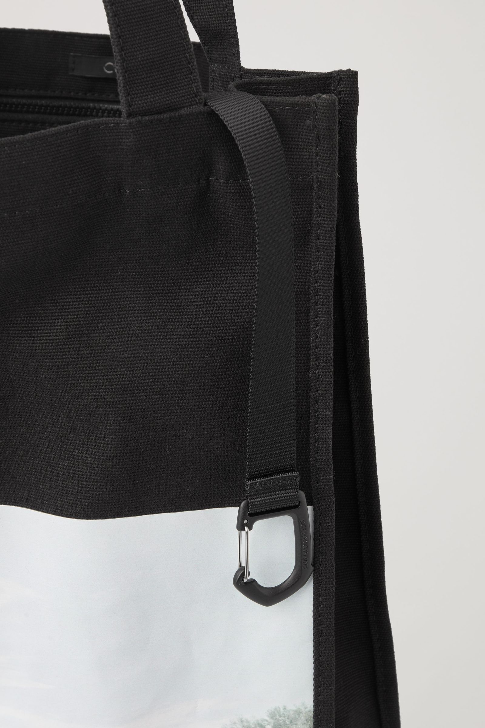 COS 포토 프린트 캔버스 토트백의 블랙 / 그레이컬러 Detail입니다.