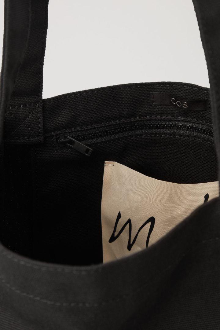 COS 포토 프린트 캔버스 토트백의 블랙 / 멀티컬러컬러 Product입니다.