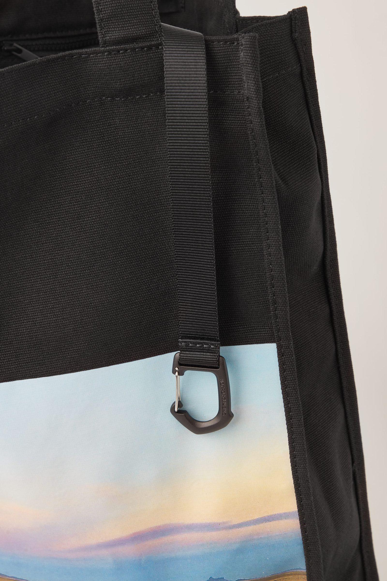 COS 포토 프린트 캔버스 토트백의 블랙 / 멀티컬러컬러 Detail입니다.