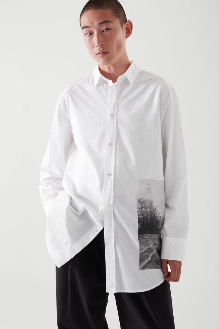 COS 오버사이즈 포플린 프린티드 셔츠의 화이트컬러 ECOMLook입니다.