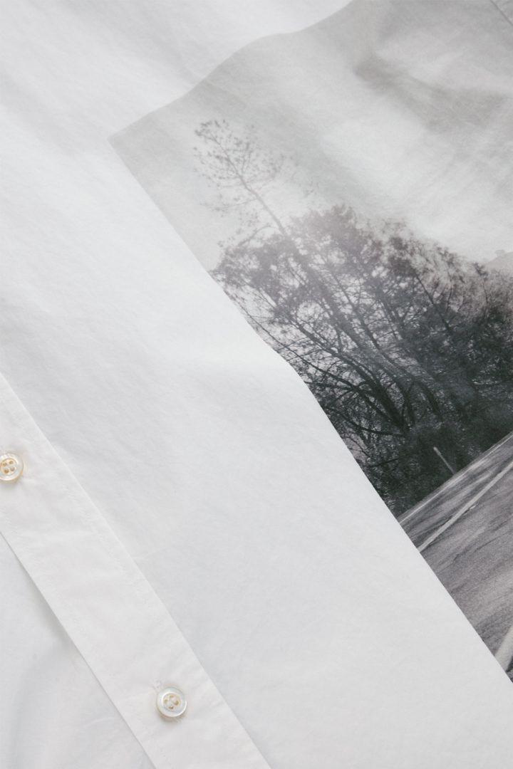 COS 오버사이즈 포플린 프린티드 셔츠의 화이트컬러 Detail입니다.