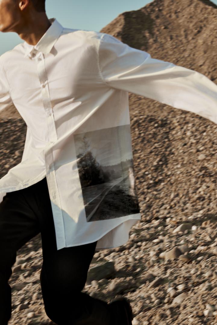 COS 오버사이즈 포플린 프린티드 셔츠의 화이트컬러 Environmental입니다.