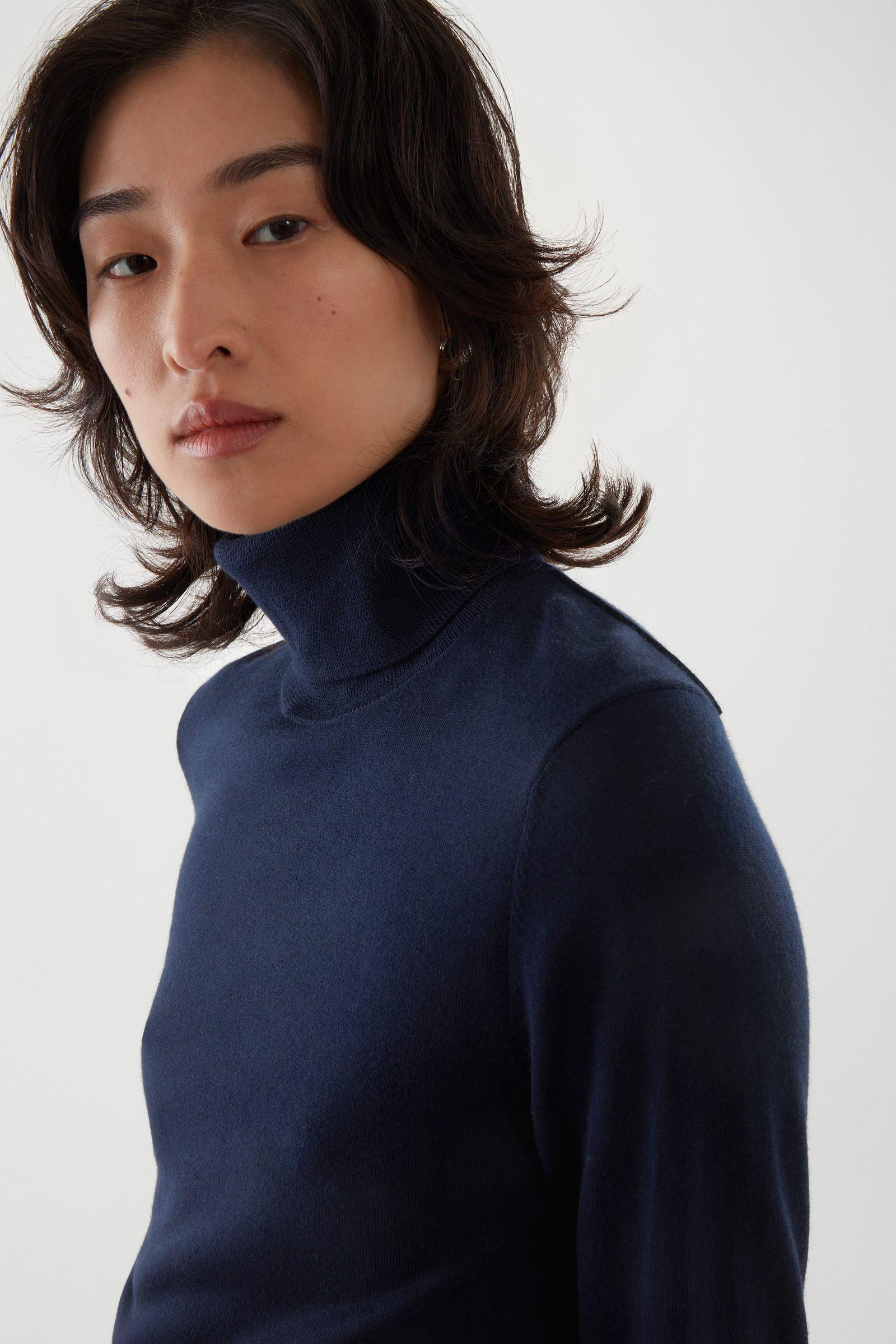 COS 슬림 핏 폴로 넥 스웨터의 네이비컬러 ECOMLook입니다.