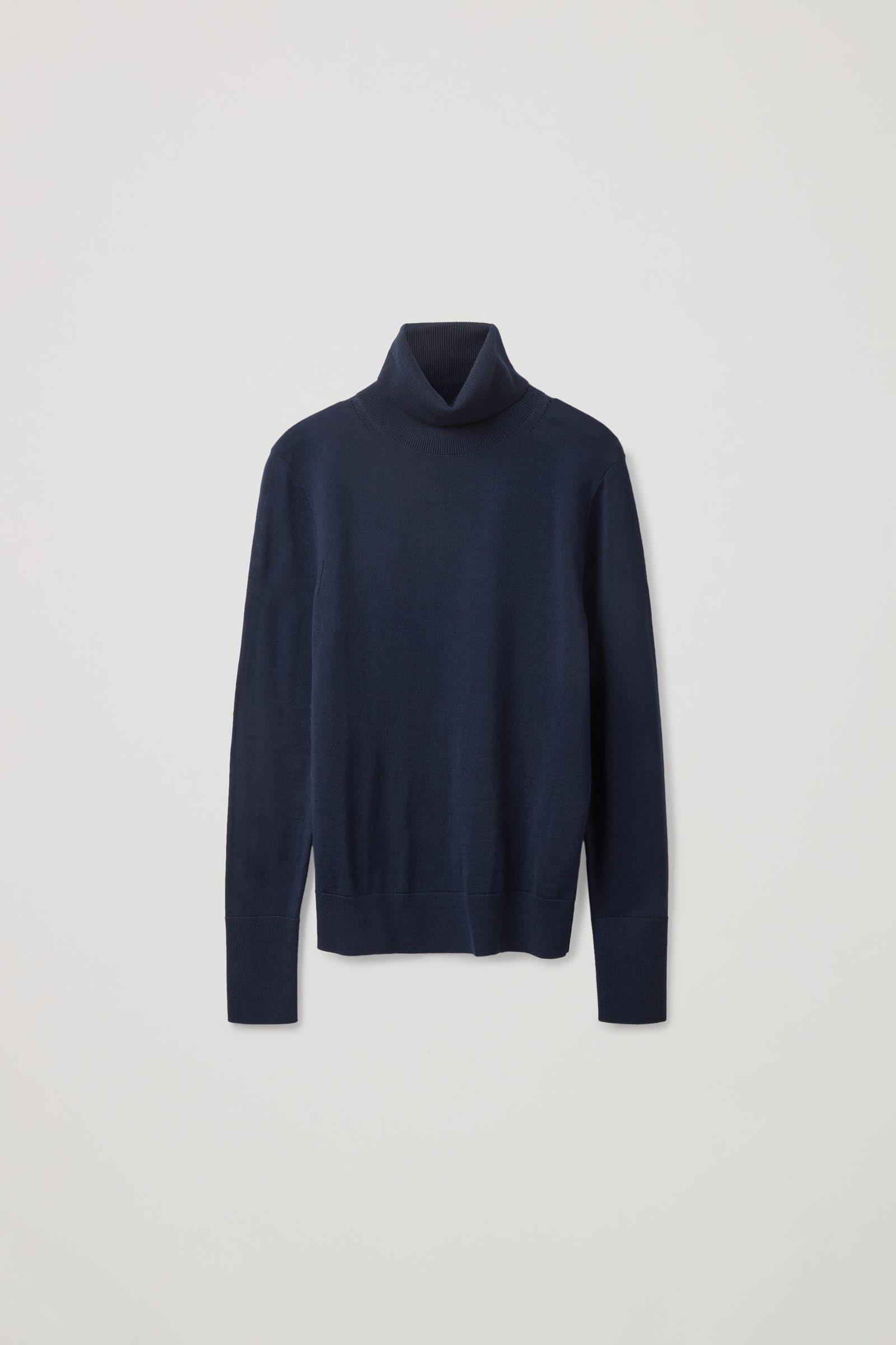 COS 슬림 핏 폴로 넥 스웨터의 네이비컬러 Product입니다.