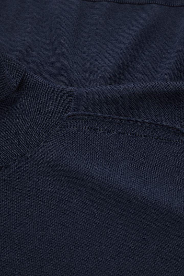 COS 슬림 핏 폴로 넥 스웨터의 네이비컬러 Detail입니다.