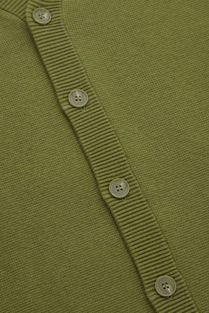 COS 레귤러 핏 가디건의 올리브 그린컬러 Detail입니다.