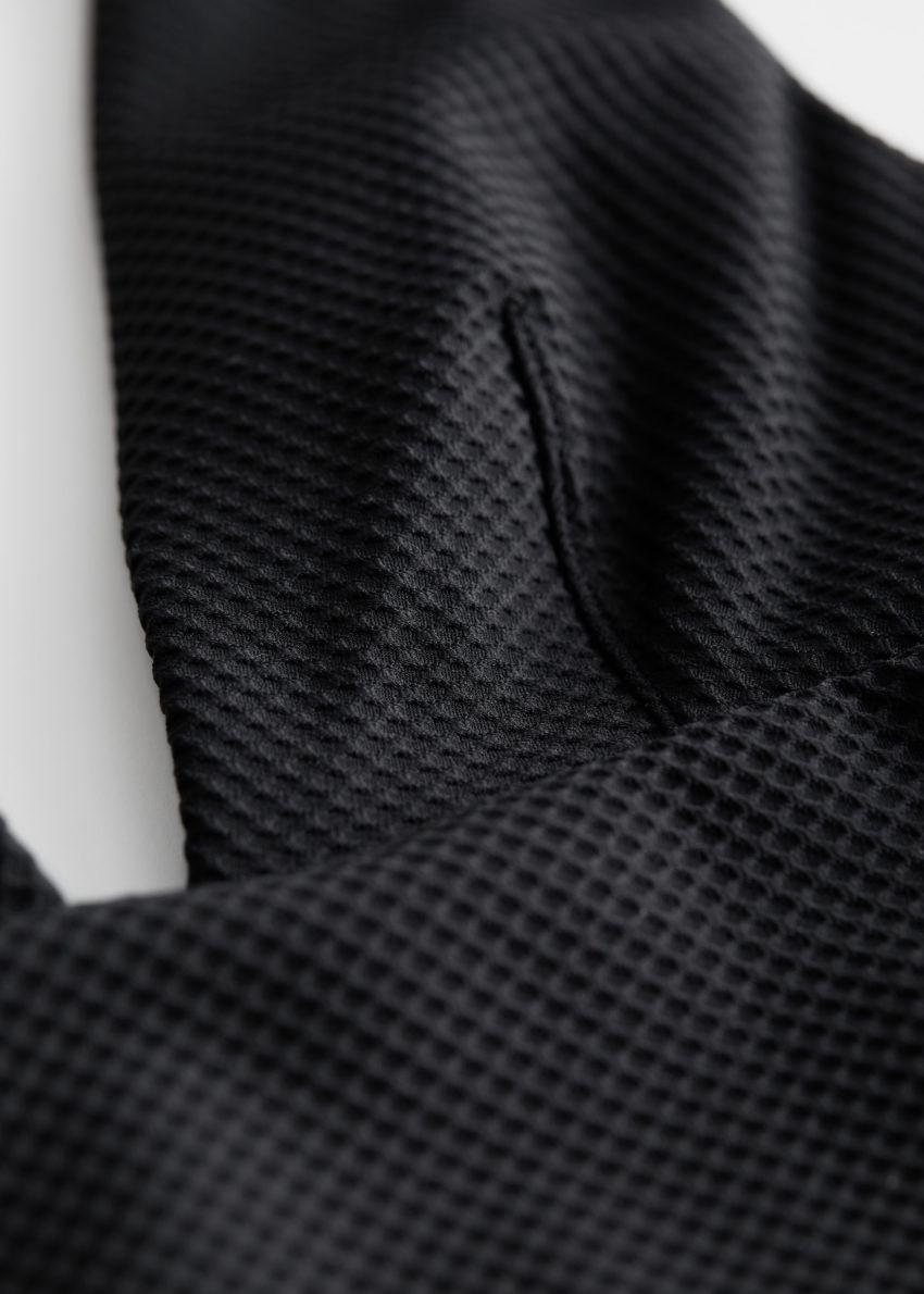 앤아더스토리즈 텍스처 스윔수트의 블랙컬러 Detail입니다.