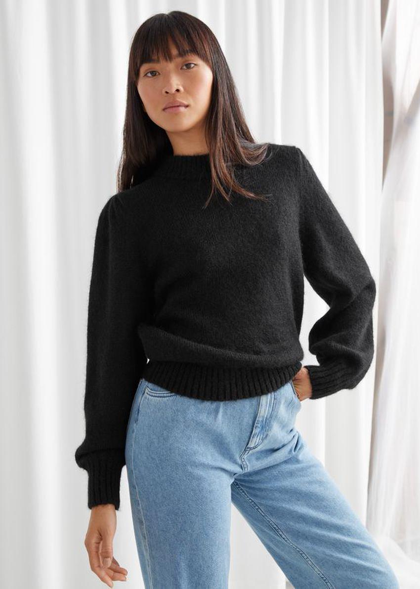 앤아더스토리즈 알파카 블렌드 니트 스웨터의 블랙컬러 ECOMLook입니다.