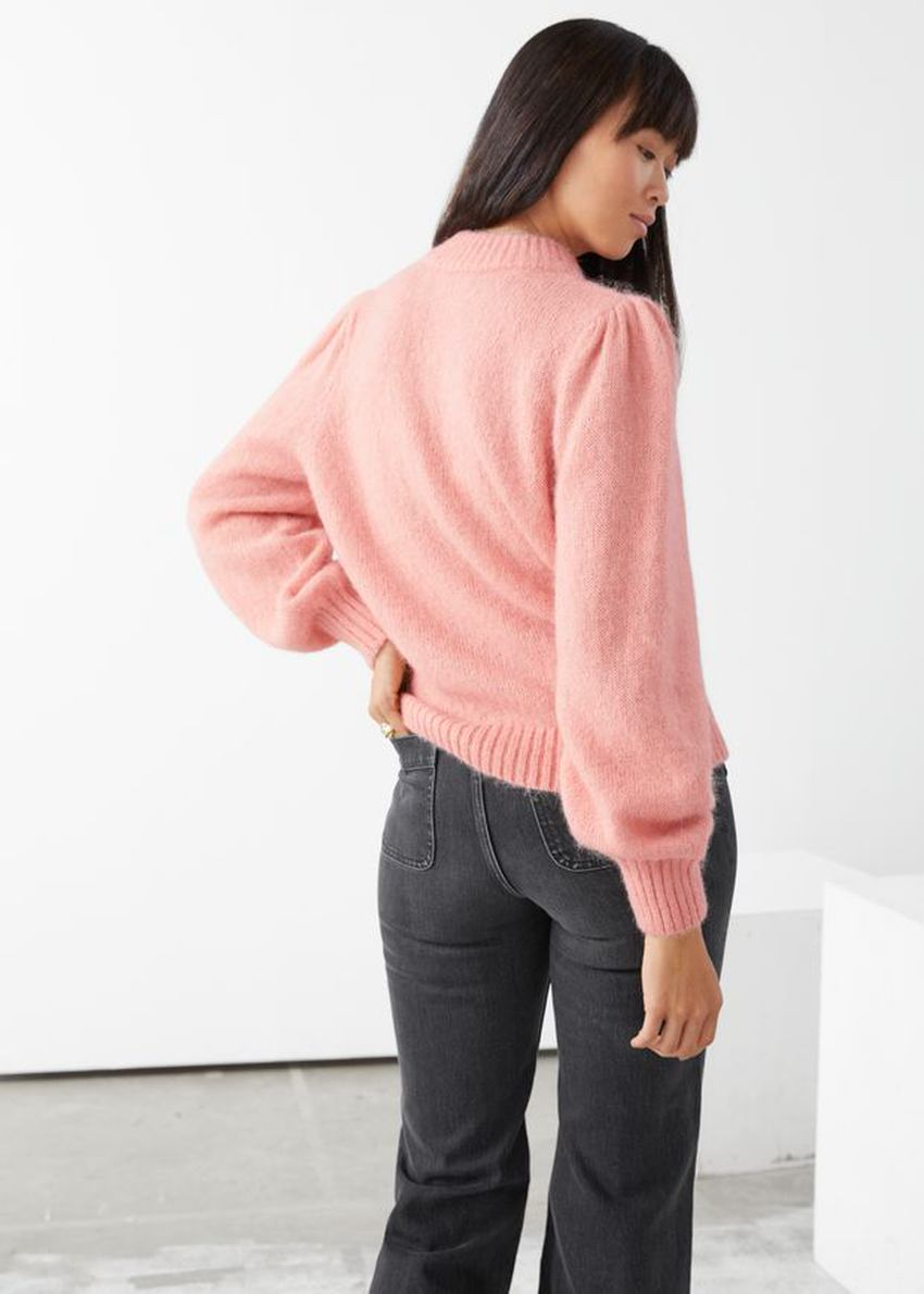앤아더스토리즈 알파카 블렌드 니트 스웨터의 핑크컬러 ECOMLook입니다.