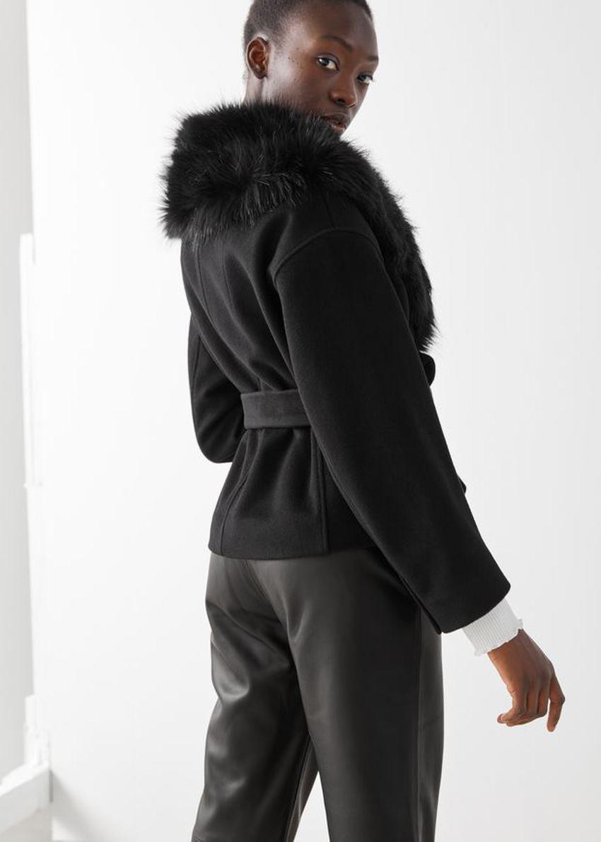 앤아더스토리즈 쇼트 벨티드 Faux 퍼 카라 코트의 블랙컬러 ECOMLook입니다.
