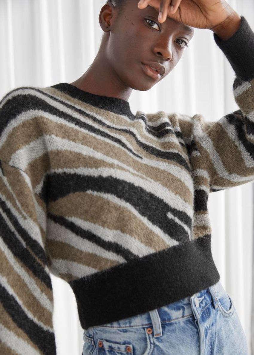 앤아더스토리즈 알파카 블렌드 니트 스웨터의 지브라컬러 ECOMLook입니다.