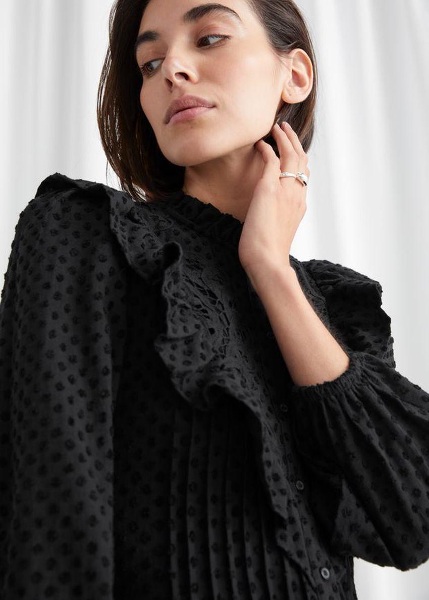 앤아더스토리즈 엠브로이더리 버튼 업 러플 미니 드레스의 블랙컬러 ECOMLook입니다.