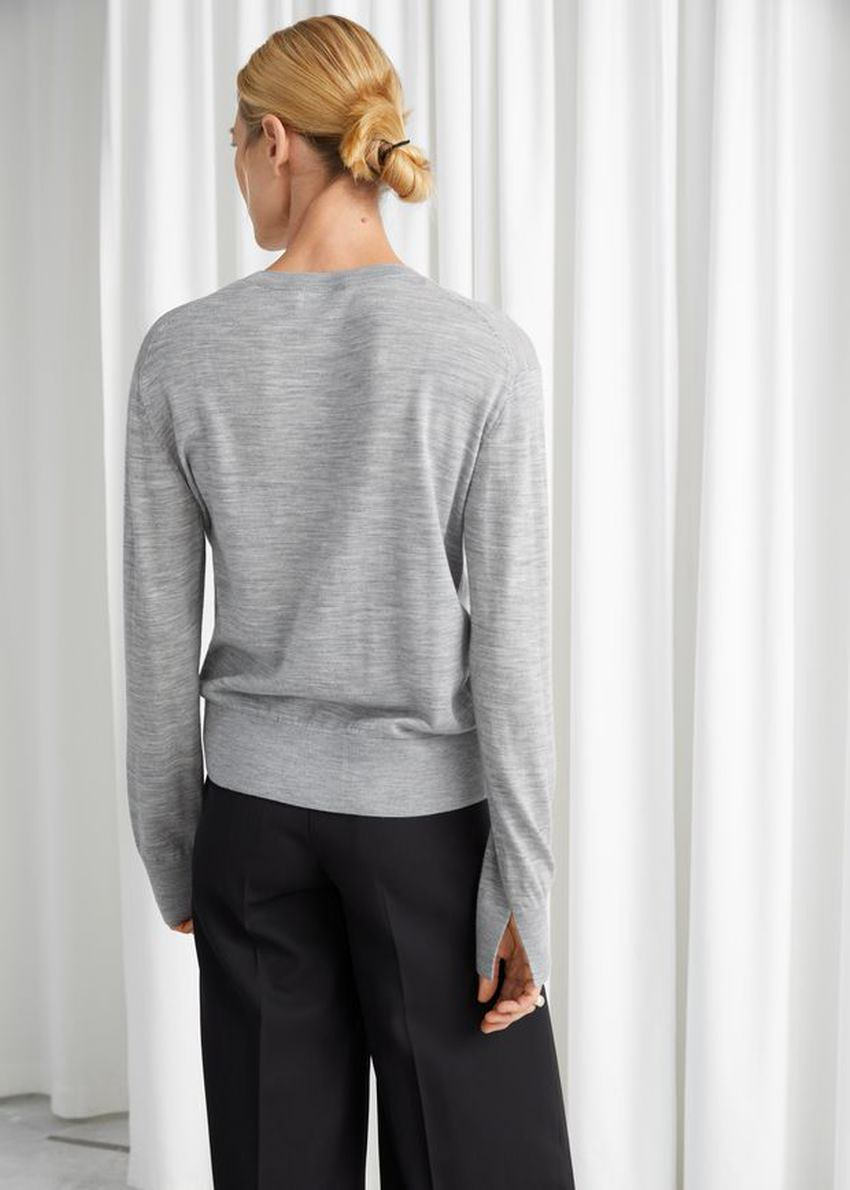 앤아더스토리즈 슬릿 커프 울 니트 스웨터의 그레이컬러 ECOMLook입니다.