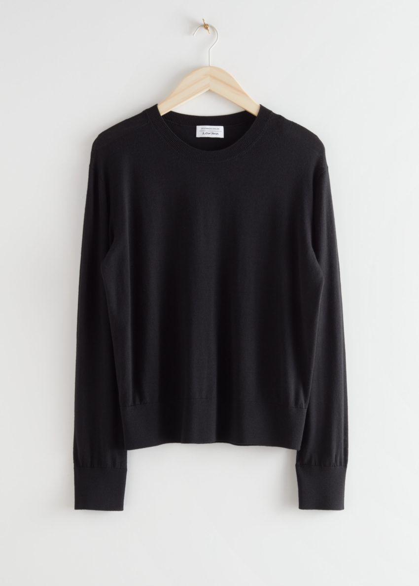 앤아더스토리즈 슬릿 커프 울 니트 스웨터의 블랙컬러 Product입니다.
