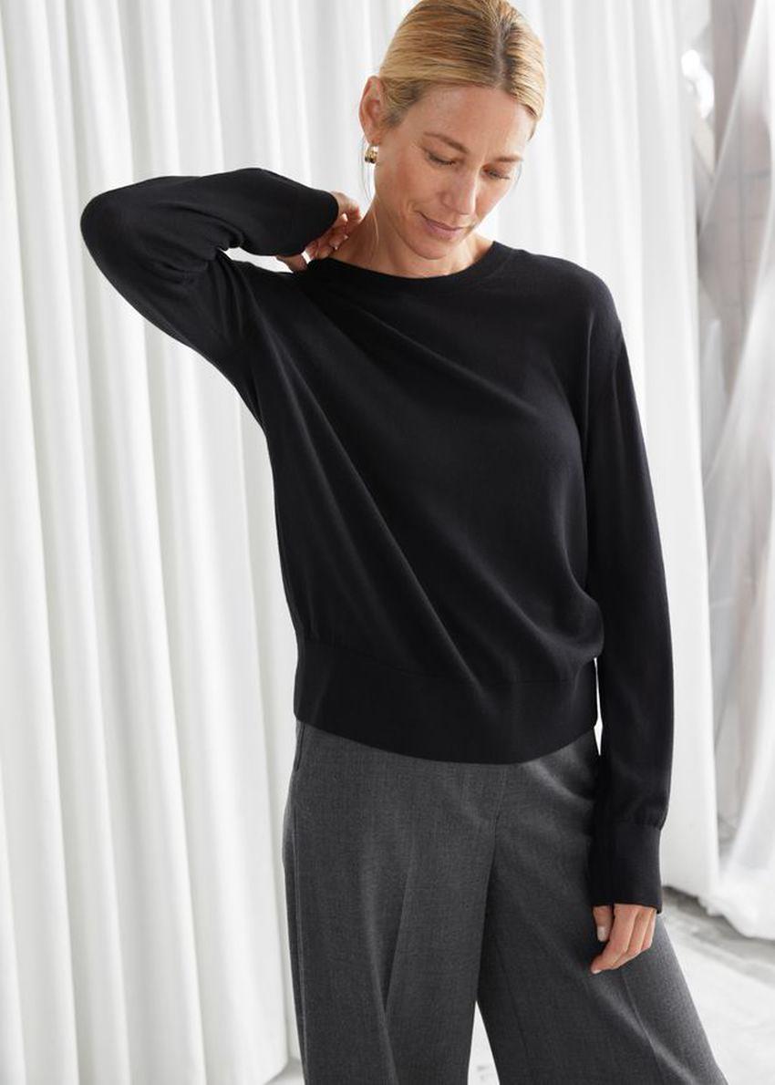 앤아더스토리즈 슬릿 커프 울 니트 스웨터의 블랙컬러 ECOMLook입니다.