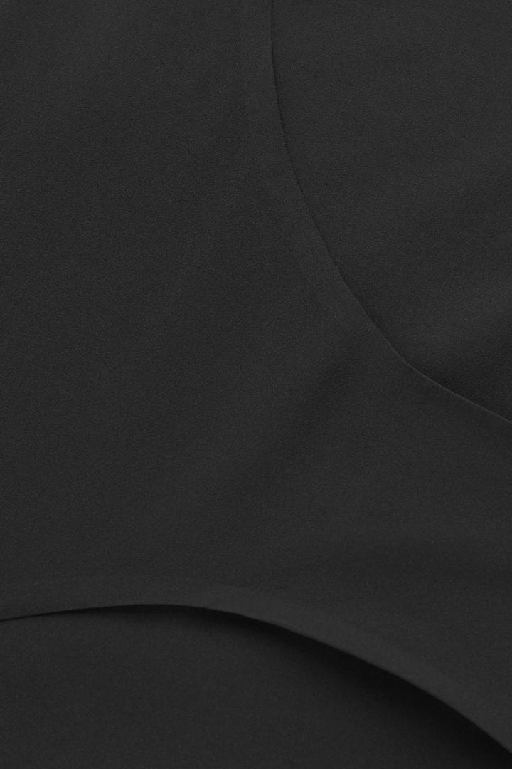 COS 비키니 브리프의 블랙컬러 Detail입니다.
