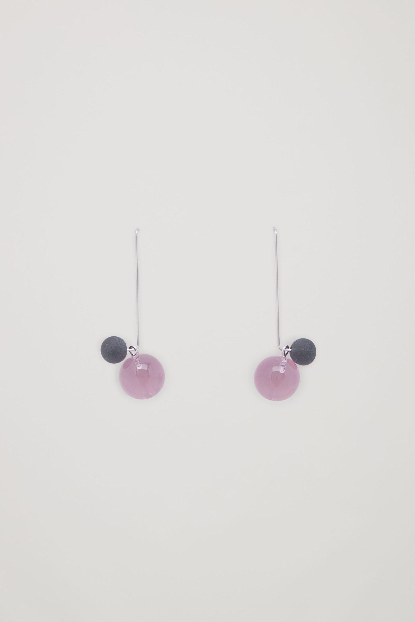 COS 댕글리 글라스 이어링의 핑크컬러 Product입니다.