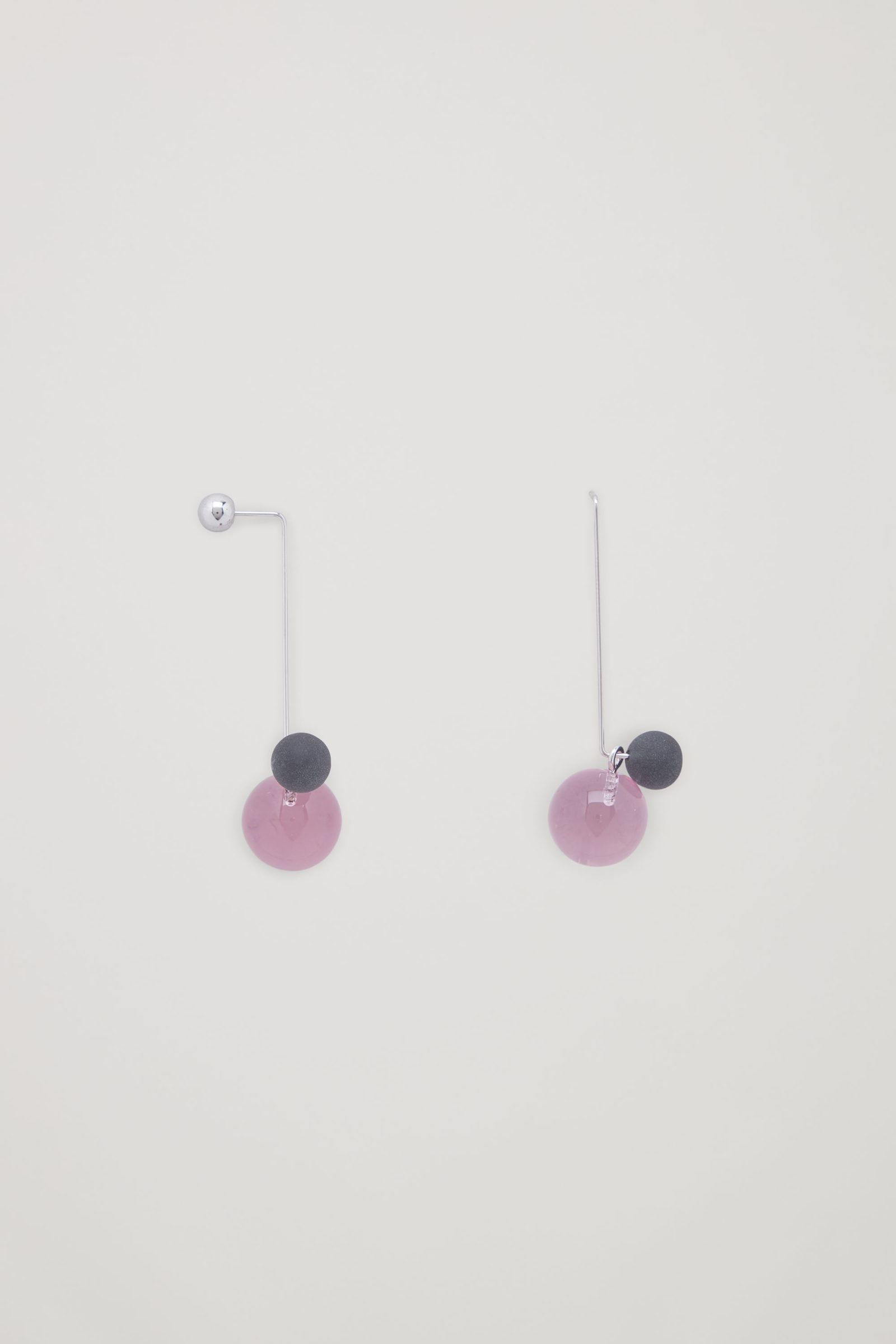 COS 댕글리 글라스 이어링의 핑크컬러 Detail입니다.