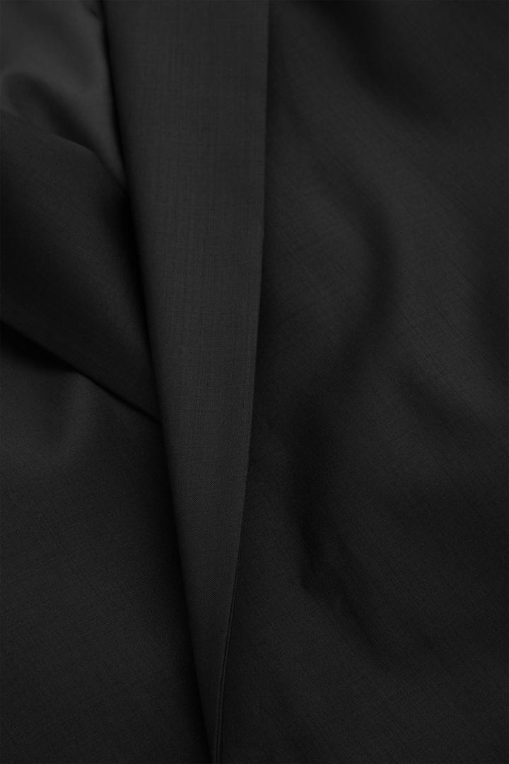 COS 테일러드 울 블레이저의 블랙컬러 Detail입니다.