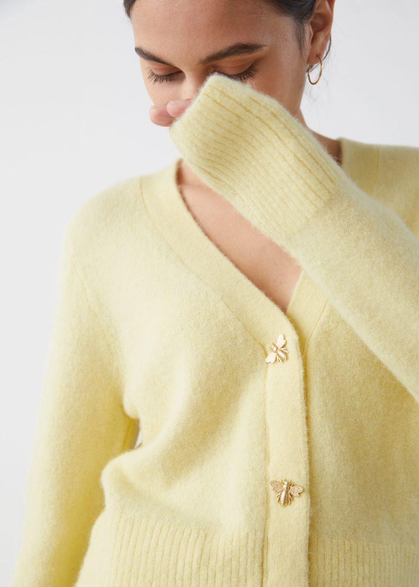 앤아더스토리즈 허니비 버튼 알파카 블렌드 가디건의 옐로우컬러 ECOMLook입니다.
