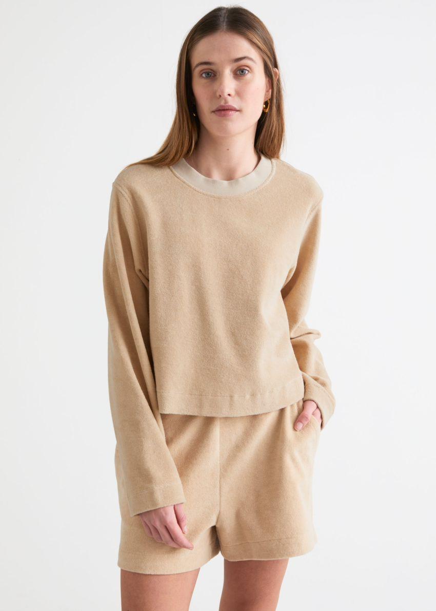 앤아더스토리즈 박시 크루넥 스웨터의 베이지컬러 ECOMLook입니다.