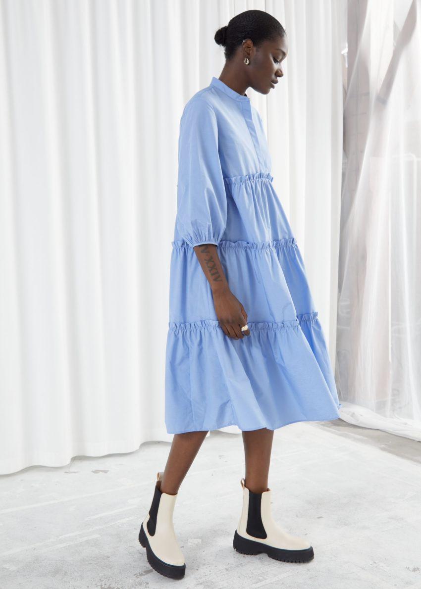 앤아더스토리즈 볼류미너스 티어드 퍼프 슬리브 미디 드레스의 라이트 블루컬러 ECOMLook입니다.