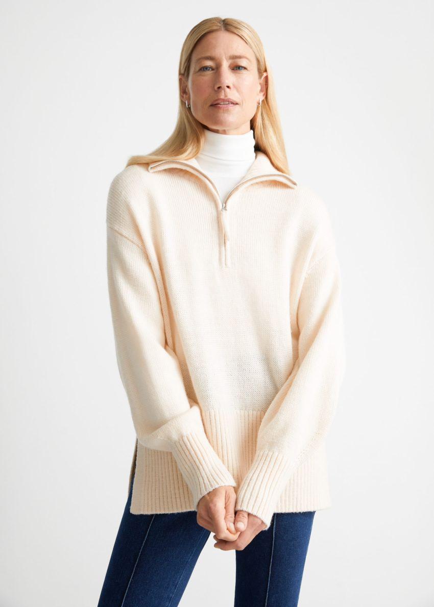 앤아더스토리즈 오버사이즈 하프-집 스웨터의 화이트컬러 ECOMLook입니다.